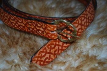 ceinture tan et boucle bronze